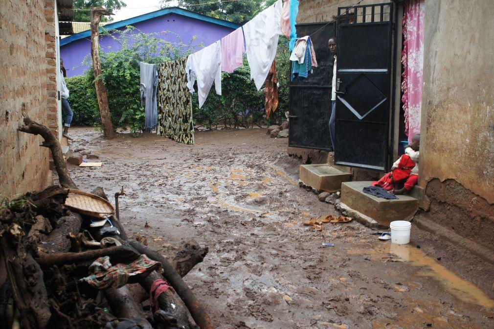 Regenzeit: unmöglich ohne schlammige Füße oder Schuhe nach Hause zu gelangen.